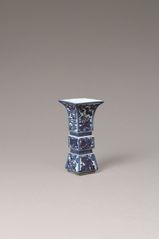 Blue and White Porcelain Floral-Patterned Vase, Wanli Period, H28.5 W13