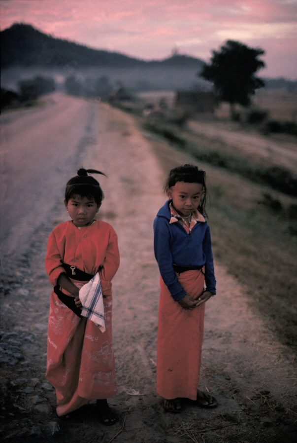 Boy and girl in front of the Mandalay Hill, MYANMAR, 1978, Dye-transfer, 21 15/16x14 3/4 inches
