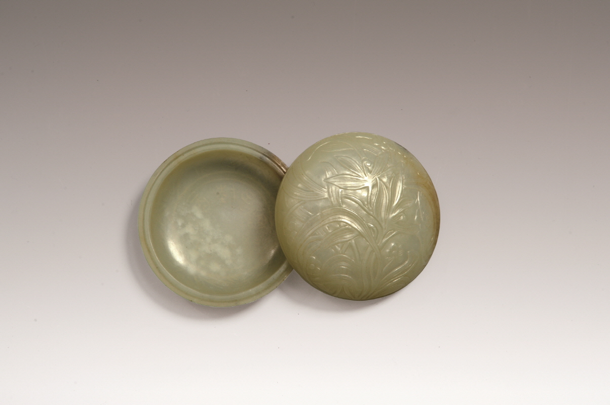 Narcissus-Patterned Jade Box and Cover (Made by Luzigang), Ming Dynasty, H3.1 W7.4  (2)