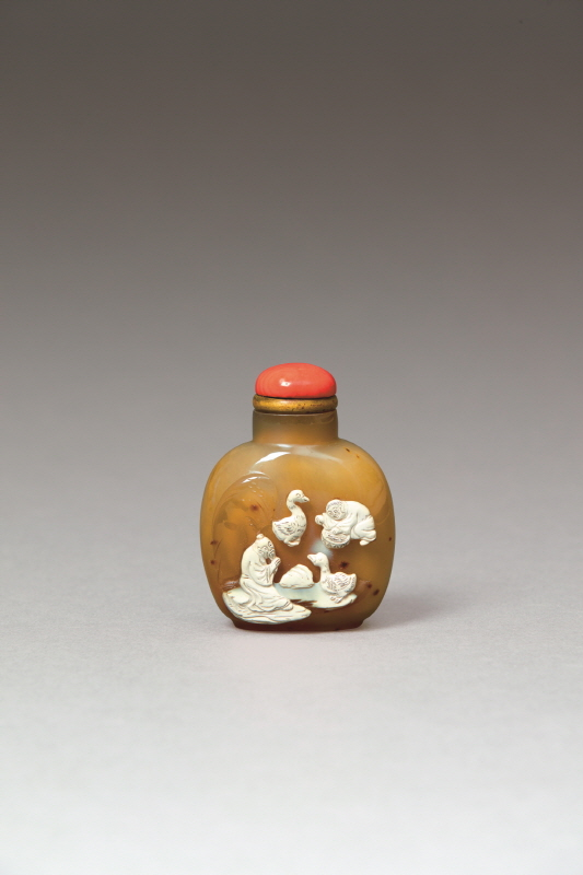 White and Russet-Glazed Agate 'Goose' Design Snuff Bottle, Qing Dynasty, H7.2 W5.3