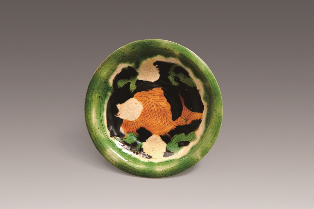 Sancai-Glazed Dish with Inlaid Flower and Fish Design, Song Dynasty, H2.3 W13.6