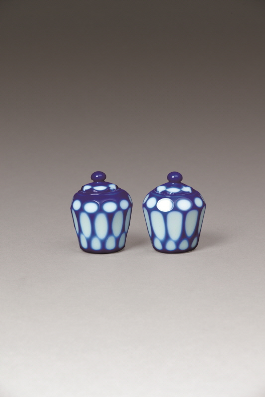 A Pair of Blue and Overlay White Glass Pots and Covers, Qing Dynasty, H8.6 W7.5