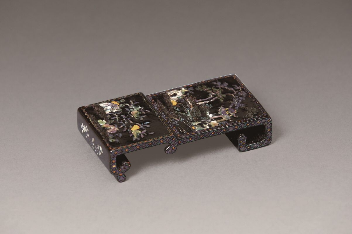 Mother-of-Pearl Inlaid Black Lacquer Ink-Rest, Qing Dynasty, H9.5 W5 D2.2 (3)