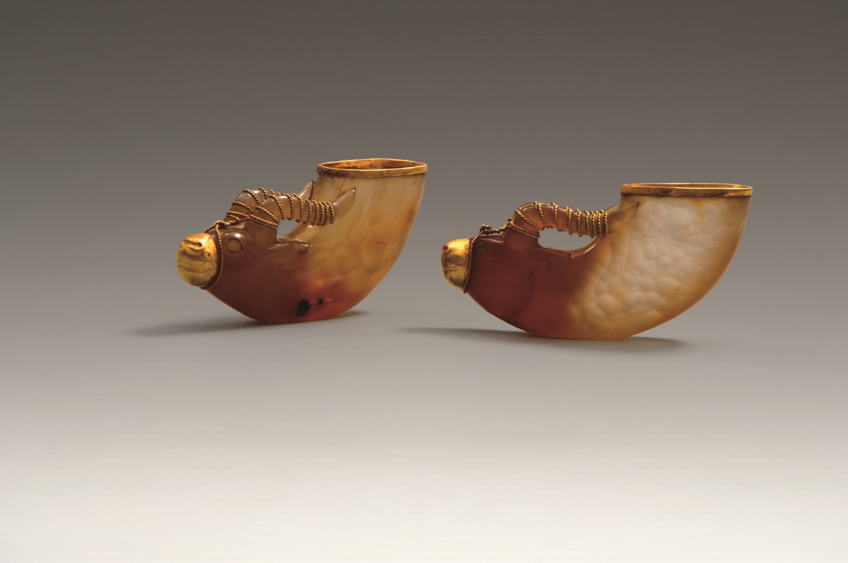 A Pair of Gold Agate-Inlaid 'Ox Head' Vessels, Liao Dynasty, H5.1 W11 (1)