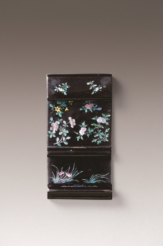 Mother-of-Pearl Inlaid Black Lacquer Ink-Rest, Qing Dynasty, H9.5 W5 D2.2 (2)