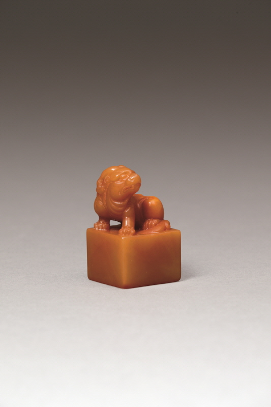 Yellow Shoushan Stone Square Seal with a 'Mythical Beast' Knob, Qing Dynasty, H5.7 W3.4 (1)