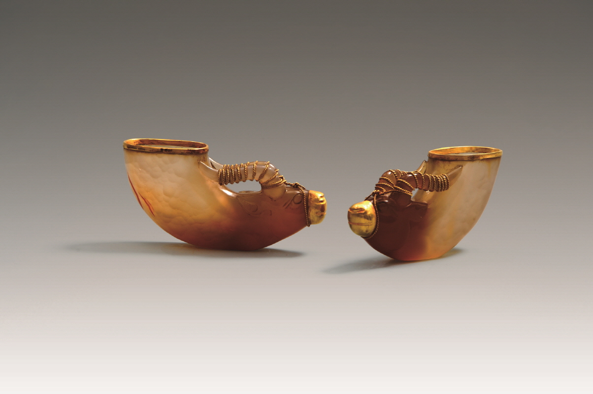 A Pair of Gold Agate-Inlaid 'Ox Head' Vessels, Liao Dynasty, H5.1 W11 (2)