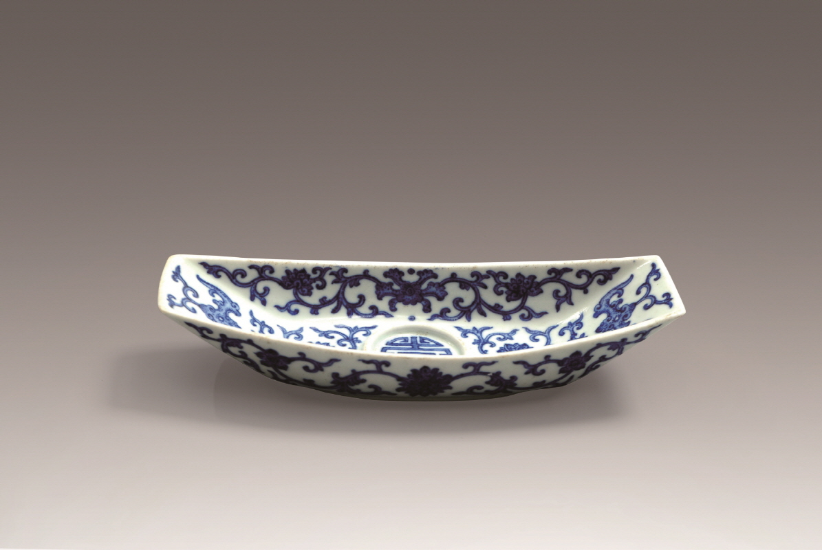 Blue and White Porcelain Arabesque-Patterned and ShipShaped Stand, Qianlong Mark and Period, H3 W21