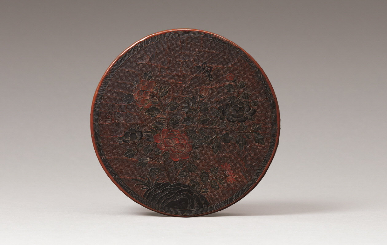 Gilt-decorated Lacquer 'Peony' Round Box and Cover, Ming Dynasty, H7 W23.3 (1)