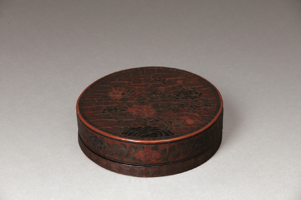 Gilt-decorated Lacquer 'Peony' Round Box and Cover, Ming Dynasty, H7 W23.3 (2)