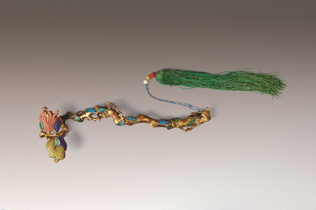 Cloisonne Enamel and Gilt Bronze 'Finger Citron' Ruyi, Qing Dynasty, H4.5 W31