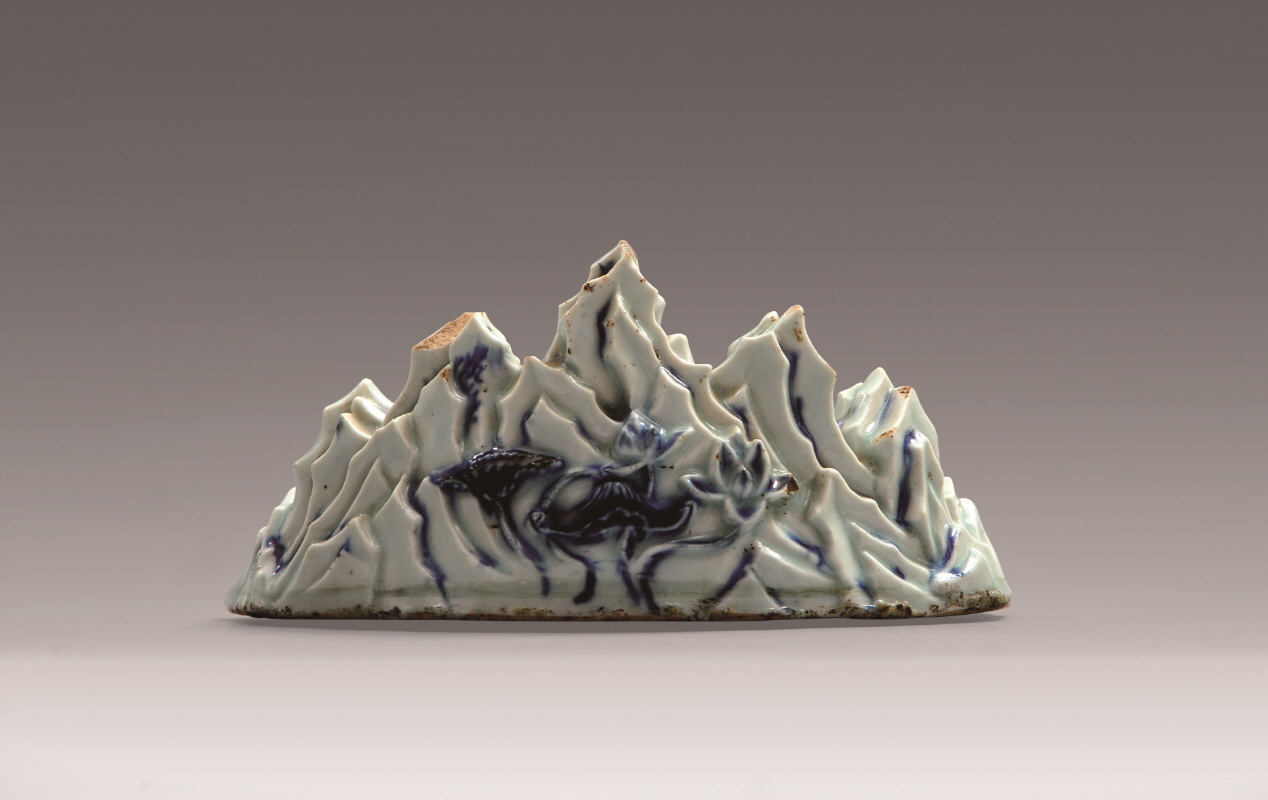 Blue and White Porcelain 'Seven Mountains' Brush Rest, Yuan Dynasty, H9.5 W20 (2)