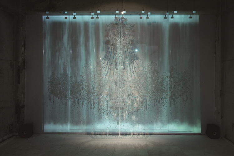 Light of Cheonggye-cheon_Beads, Crystal, Pins, Video on Plexi Glass_230 x 300 cm(6Panel)_2009